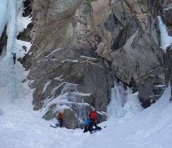 grup practicant escalada en gel a catalunya
