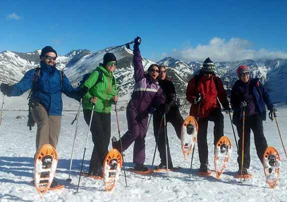 grup practicant raquetes de neu als pirineus