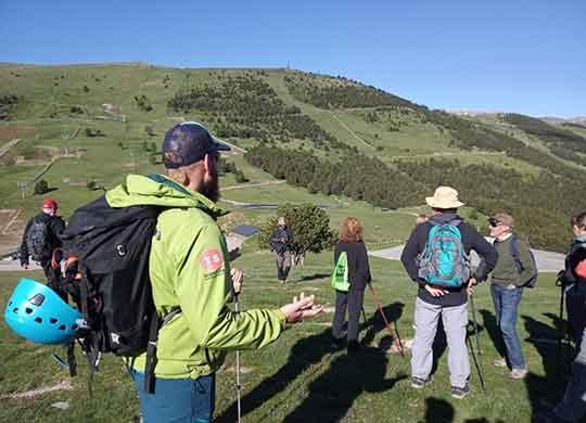Grup fent senderisme a la Cedanya